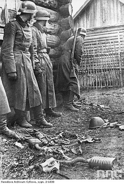File:Wehrmacht soldiers fighting in a village, Soviet Union 1941.jpg