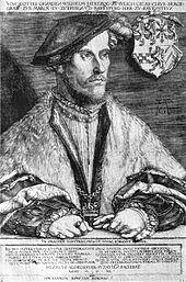 Un homme d'âge moyen, Wilhelm, duc de Jülich-Cleves-Berg, est assis à une table.  Il est vêtu d'un bonnet souple qui tombe sur le côté de sa tête.  Il porte des robes garnies de fourrure, et nichée dans les bords des robes se trouve une chaîne, avec une croix à son nadir.  Ses mains sont croisées sur la table devant lui.  Il porte plusieurs bagues et une main tient une paire de gants.  Le blason de la famille est suspendu à la chaise derrière lui.
