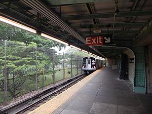 Wilson Avenue (BMT Canarsie Line) - Southbound platform