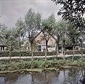 Zicht op de voorgevel van de boerderij, gezien vanaf de overzijde van het water - Noordeloos - 20383685 - RCE.jpg