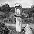 """""""Pil"""" nad Mančami (na cesti proti Štanjelu) z letnico 1684 1958.jpg"""