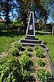 Братська могила партизанів та воїнів Другої світової війни та могила радянського воїна Мантурова.jpg