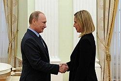 Federica Mogherini con Vladimir Putin.
