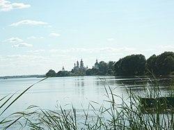 Озеро Неро. Вдали Спасо-Яковлевский монастырь.JPG