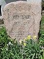 Паметна плоча върху гроба на детския писател Змей Горянин.jpg