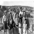 אורון נושאים- משפחת צבי קרוציק על גג בית שניאורסון חברון 1933-PHO-1354721.png