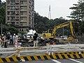 台北市文山區萬芳路正在修復下陷的道路 20120613.jpg