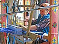 026 Fàbrica de seda Yodgorlik, Imom Zahiriddin Ko'chasi 138 (Marguilan), teixint al teler.jpg