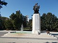 13. Jászkun huszárezred emlékműve és Református nagytemplom tornya, 2018 Karcag.jpg