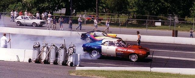 Sportwagen bei einem Beschleunigungsrennen image source