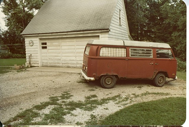 https://upload.wikimedia.org/wikipedia/commons/thumb/6/64/1971_volkswagen_campermobile_passenger_side.jpg/640px-1971_volkswagen_campermobile_passenger_side.jpg