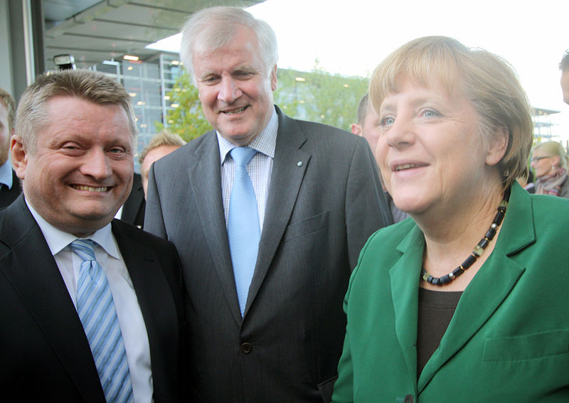https://upload.wikimedia.org/wikipedia/commons/thumb/6/64/2012-10-19-2759-Groehe-Seehofer-Merkel.jpg/800px-2012-10-19-2759-Groehe-Seehofer-Merkel.jpg