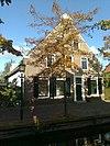 Statig huis, houten deuromlijsting, fraaie topgevel