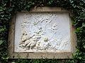 239 Can Papiol, c. Major 30-32 (Vilanova i la Geltrú), plafó esculpit al jardí.jpg