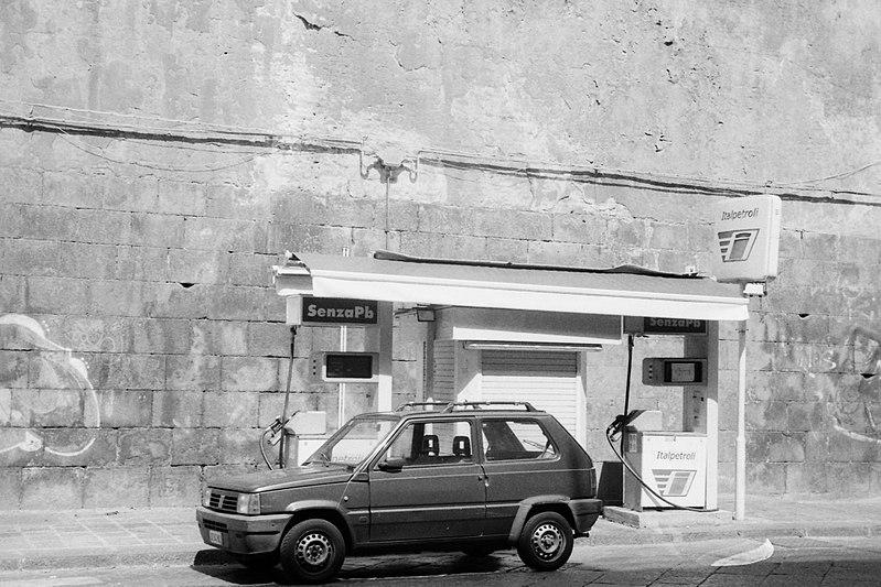 File:3 Catania Italpetroli via A di Sangiuliano 100917 IIIc Summitar 5cm Delta400.jpg