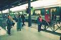 40 1 0099 20 - Bahnhof Chiasso, Reisende warten auf dem Perron auf den Zug nach Mailand.tif