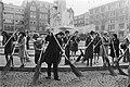 Actie Amsterdam Paasbest hostesses van de VVV en stewardessen vegen samen met , Bestanddeelnr 928-5261.jpg