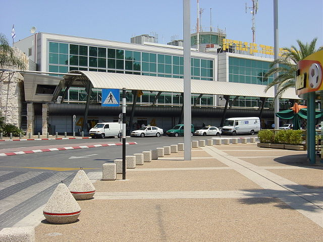 Outside Ben Gurion By VOrash (Own work) [GFDL (https://www.gnu.org/copyleft/fdl.html) or CC-BY-SA-3.0 (https://creativecommons.org/licenses/by-sa/3.0/)], via Wikimedia Commons