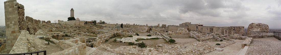 سطح قلعة حلب، الجهة الشمالية حيث يظهر المسجد الكبير والطاحونة الهوائية