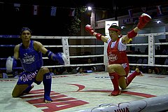 Combattants executant le Wai Khru Ram Muay avant un combat amateur.