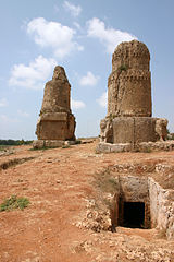 "Amrit - obeliski, ""Tower tombs"" (fot. Wikimedia Commons, autor: Zoeperkoe, lic. CC-BY-SA-3.0)"