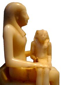Алебастровая статуя Анхесенмерире II и ее сына Пепи II.