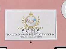 Targa della SOMS sull'esterno della sede ad Arquata Scrivia
