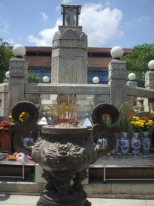 Bệ thờ tượng Quách Đàm