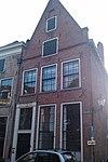 foto van Hoekhuis met gepleisterde lijstgevel