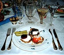 Caviale su blinì con vodka e champagne dolce in un ristorante russo