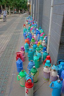 Tous les étudiants chinois aménent des bouteilles isothermes à l'école