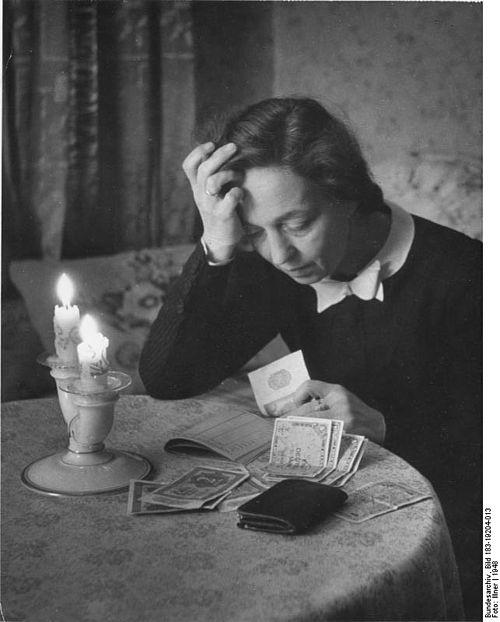 Bundesarchiv Bild 183-19204-013, Währungsreform, Frau mit Geldscheinen