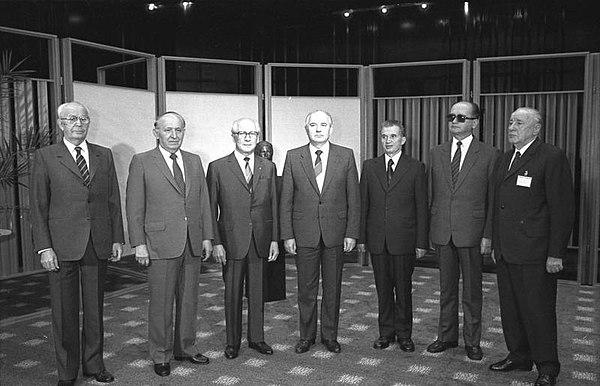 1987年に東ベルリンで行われたワルシャワ条約機構会議での東欧共産主義諸国の首脳達。左からフサーク(チェコスロバキア)、ジフコフ(ブルガリア)、ホーネッカー(東ドイツ)、ゴルバチョフ(ソビエト連邦)、チャウシェスク(ルーマニア)、ヤルゼルスキ(ポーランド)、カーダール(ハンガリー)。この会議から4年以内に、この写真に写っている全員が権力の座を奪われることになる。