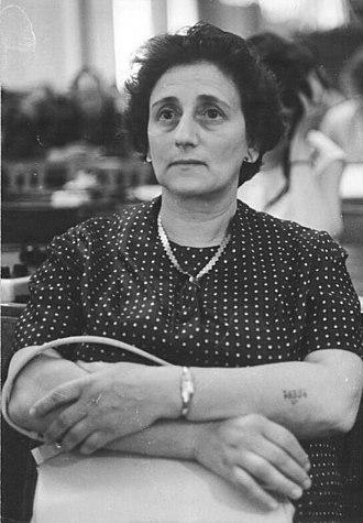 Identification in Nazi camps - Image: Bundesarchiv Bild 183 B0716 0005 014, Oberstes Gericht, Globke Prozess, Zeugin, Eva Furth