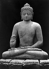 COLLECTIE TROPENMUSEUM Boeddhabeeld van de Borobudur voorstellende Dhyani Boeddha Amogasiddha TMnr 10025273.jpg