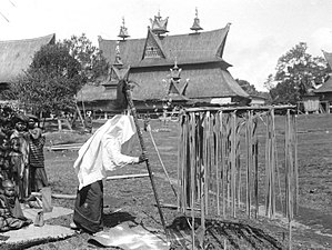 Tassilo Adam - Image: COLLECTIE TROPENMUSEUM Een Karo Batak priester prikt met zijn toverstaf in een ei een pad en een kameleon bij een ceremonie in het dorp Kabanjahe Sumatra. Op de achtergrond het huis van Pa Mbelgah T Mnr 10000896