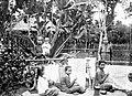 COLLECTIE TROPENMUSEUM Vrouwen aan het batikken te Wonosobo Residentie Kedoe TMnr 10014204.jpg