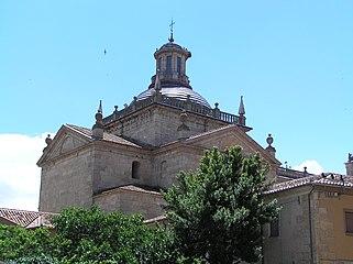 Capilla de Cerralbo. Cúpula vista desde la plaza de Amayuelas.jpg