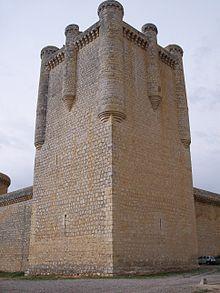 Una torre in pietra all'angolo delle mura difensive.