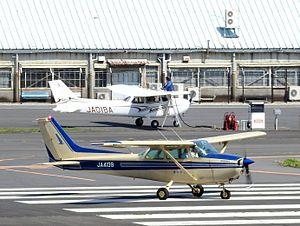 Chōfu Airport - Image: Cessna 172 Skyhawk II taxiing at Chofu Airport