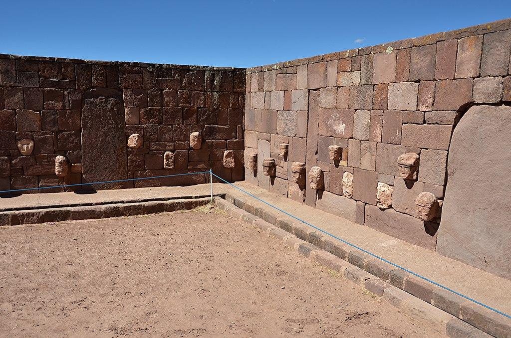 Chrám Templete semisubterráneo - Tiwanaku - panoramio (2).jpg