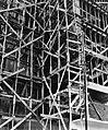 Collectie NMvWereldculturen, TM-20002151, Negatief, 'Steigerconstructie van hout, gebruikt bij de bouw van een hoge kantoorflat', fotograaf Boy Lawson, 1971.jpg