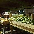Collectie Nationaal Museum van Wereldculturen TM-20029532 Kraam op een groenten- en fruitmarkt Aruba Boy Lawson (Fotograaf).jpg