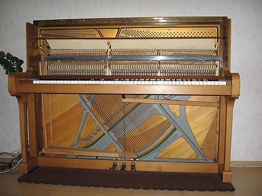 Cross-stringed piano Inside