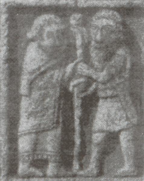 Kieran (t.v.) og Diarmait mac Cerbaill avbildet på «Bibelkorset» (The Cross of the Scriptures) idet de slår ned en stolpe ved grunnleggelsen av Clonmacnoise