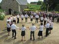 Danse bretonne à la fête du Pardon (devant l'église de Lanvézéac).jpg