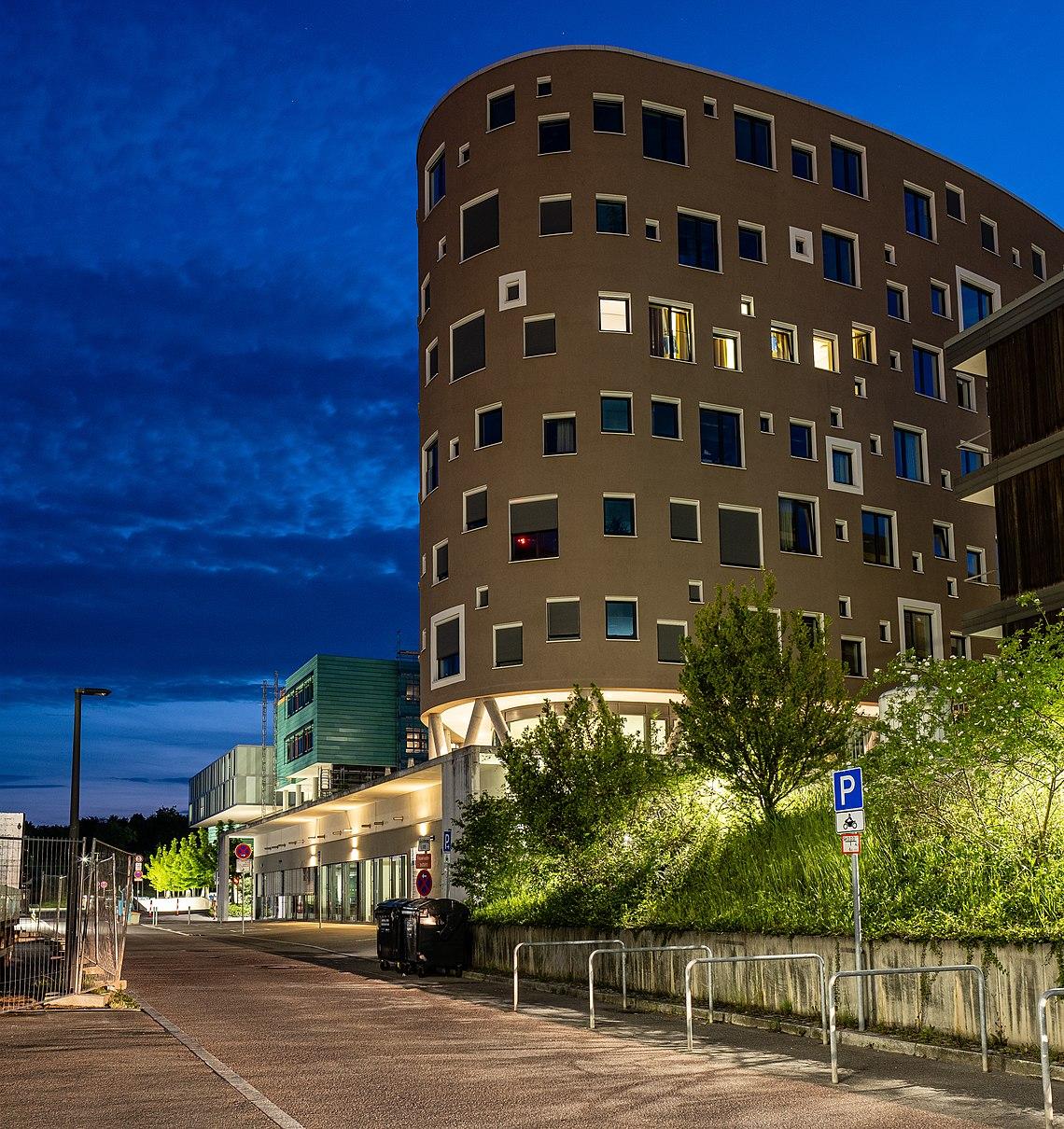 Das Gästehaus des Universitätsklinikums Tübingen zur blauen Stunde.jpg