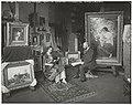 De schilder Hobbe Smith in zijn atelier, Sarphatipark 42, Amsterdam, met een model, RP-F-00-2607.jpg