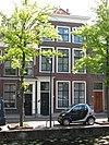 foto van Eenvoudige lijstgevel voor een pand van parterre, verdieping en zolderverdieping, ter breedte van drie vensterassen