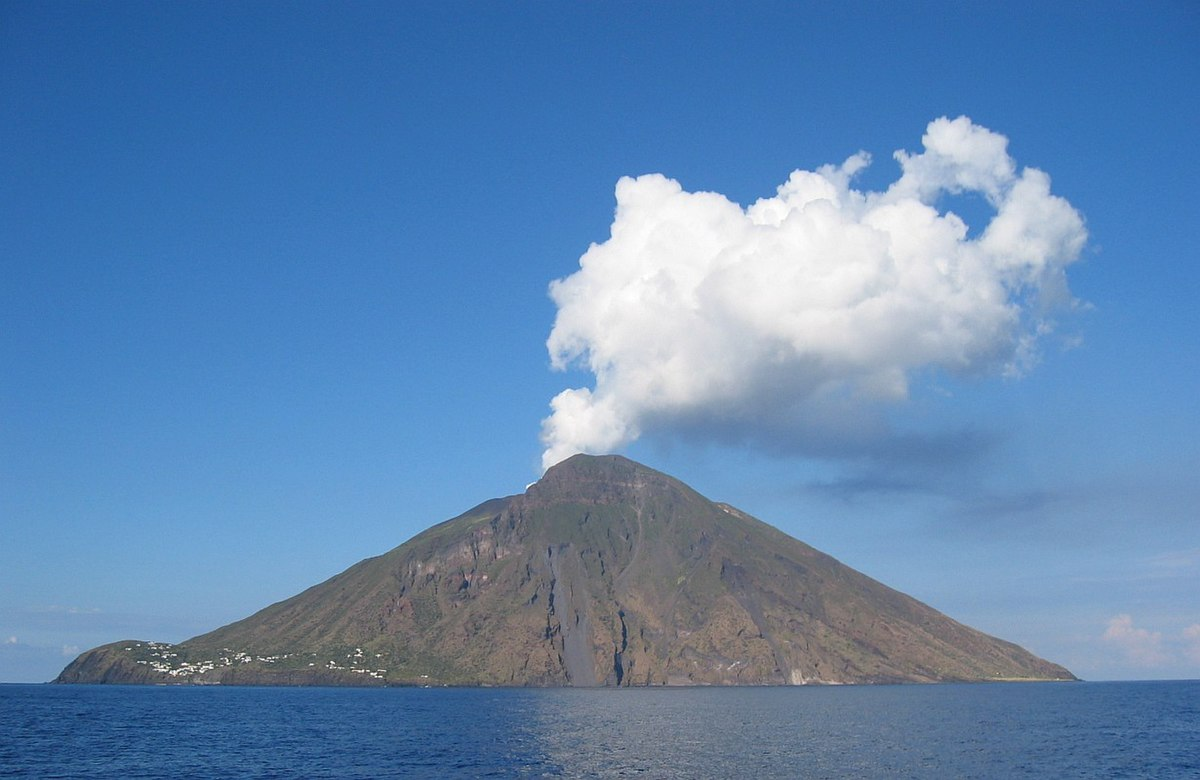 https://upload.wikimedia.org/wikipedia/commons/thumb/6/64/DenglerSW-Stromboli-20040928-1230x800.jpg/1200px-DenglerSW-Stromboli-20040928-1230x800.jpg